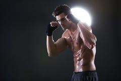 Jonge spierkerel met het naakte torso in dozen doen Stock Foto