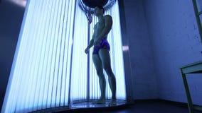Jonge Spiermens bij Solarium in Schoonheidssalon stock videobeelden