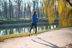 Jonge Sportenmens die in het Park in Koud Sunny Autumn Morning lopen Gezond levensstijl en sportconcept royalty-vrije stock foto's