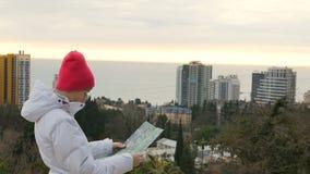 Jonge sportieve vrouw die zich op de piek bij berg het letten op op kaart, geluk en vrijheidsconcept bevinden stock video