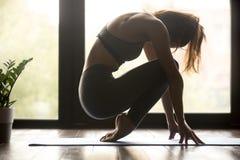 Jonge sportieve vrouw het praktizeren voet die oefening versterken royalty-vrije stock foto