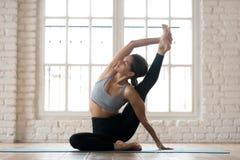Jonge sportieve vrouw het praktizeren yoga, die Surya Yantrasana doen exerc royalty-vrije stock afbeeldingen