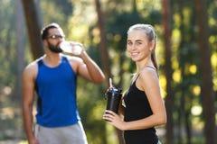 Jonge Sportish-Mensen op Ochtend het Lopen stock foto's