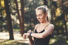 Jonge Sportish-Vrouw met het Sportenhorloge stock afbeeldingen