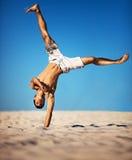Jonge sportman op strand Stock Afbeeldingen