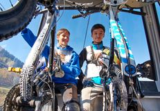 Jonge sportmannen in kabelwagen Stock Foto's
