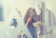 Jonge start bedrijfsmensen, paar die aan tabletcomputer werken Royalty-vrije Stock Foto's