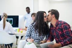 Jonge start bedrijfsmensen, paar die aan tabletcomputer werken Stock Fotografie