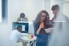 Jonge start bedrijfsmensen, paar die aan tabletcomputer werken Stock Afbeeldingen