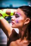 Jonge stedelijke finessvrouw met artistieke make-up openlucht in CIT Royalty-vrije Stock Foto's