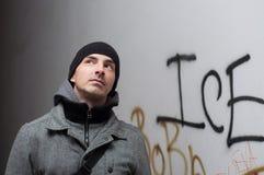 Jonge stedelijke mens in de winterkleren die zich in donkere passage bevinden Royalty-vrije Stock Foto's