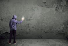 Jonge stedelijke schilder die beginnen te trekken stock foto