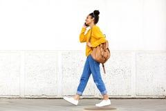 Jonge stedelijke vrouw die op mobiele telefoon spreken Stock Fotografie