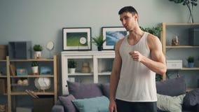 Jonge sterke sportman die en camera het aantonen spieren spreken bekijken stock video