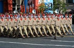 Jonge strijders alle-Russische militair-patriottische beweging ` Yunarmiya ` op Rood Vierkant tijdens de parade ter ere van Victo Stock Foto's
