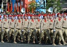 Jonge strijders alle-Russische militair-patriottische beweging ` Yunarmiya ` op Rood Vierkant tijdens de parade ter ere van Victo Stock Fotografie
