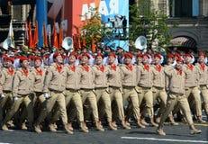 Jonge strijders alle-Russische militair-patriottische beweging ` Yunarmiya ` op Rood Vierkant tijdens de parade ter ere van Victo stock afbeeldingen