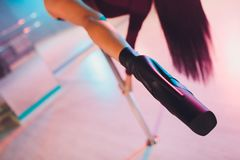 Jonge stripteasedanser die zich in hoge hielenschoenen bewegen op stadium in de club van de strooknacht, Pool-het dansen stock foto