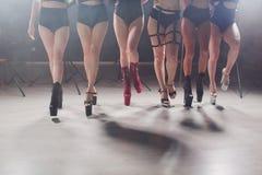 Jonge stripteasedanser die zich in hoge hielenschoenen bewegen op stadium in de club van de strooknacht, Pool-het dansen stock fotografie