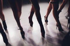 Jonge stripteasedanser die zich in hoge hielenschoenen bewegen op stadium in de club van de strooknacht, Pool-het dansen stock afbeeldingen