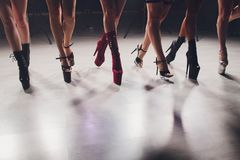 Jonge stripteasedanser die zich in hoge hielenschoenen bewegen op stadium in de club van de strooknacht, Pool-het dansen royalty-vrije stock foto