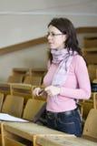 Jonge student bij de universiteit tijdens examen royalty-vrije stock afbeeldingen