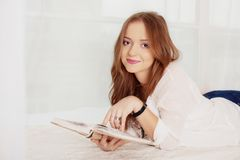 Jonge student die en een boek lezen liggen Het concept vrije tijd a Royalty-vrije Stock Afbeeldingen