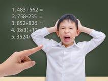 Jonge student die gek met wiskundeberekening worden stock foto's
