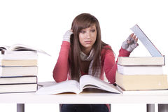 Jonge student die voor examens bestudeert Royalty-vrije Stock Foto's