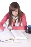 Jonge student die voor examens bestudeert royalty-vrije stock afbeeldingen