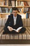 Jonge student die voor helder venster leren Stock Foto