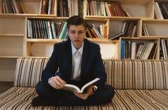 Jonge student die voor helder venster leren Royalty-vrije Stock Afbeeldingen