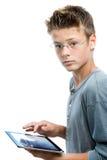 Jonge student die zich met tablet bevinden. Stock Foto's