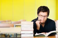 Jonge student in klaslokaal royalty-vrije stock afbeelding