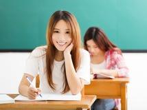 Jonge student met anderen in het klaslokaal royalty-vrije stock afbeeldingen