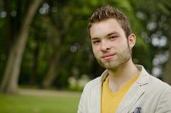 Jonge student met een gelukkig gezicht en elegante kleren Royalty-vrije Stock Fotografie