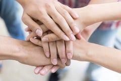 jonge student toetredende hand, commercieel team wat betreft handen royalty-vrije stock foto