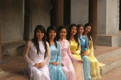 Jonge studenten in Ao Dai Stock Afbeeldingen