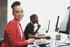 Jonge studenten bij het laboratorium van de universiteitscomputer Stock Afbeelding