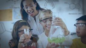 Jonge studenten in een laboratorium stock footage