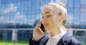 Jonge studenten sprekende telefoon op straat stock video