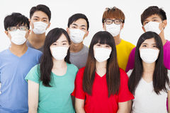 Jonge studentengroep die masker dragen stock fotografie