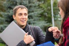 Jonge studentenvrienden die bij universiteit spreken royalty-vrije stock fotografie