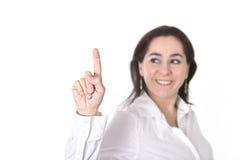 Jonge succesvolle onderneemster die met vinger aan exemplaarruimte richt Stock Foto