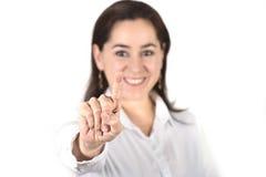 Jonge succesvolle onderneemster die met vinger aan exemplaarruimte richt Royalty-vrije Stock Foto's