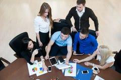 Jonge succesvolle ondernemers op een commerciële vergadering Stock Foto's