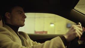 Jonge succesvolle zakenman drijfauto bij autosnelweg op de winterdag stock videobeelden