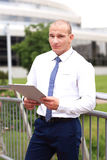 Jonge succesvolle zakenman met tablet in openlucht Stock Afbeeldingen