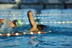 Jonge swimmmer op het zwemmen begin stock foto