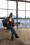 Jonge talent het praktizeren gitaar stock afbeelding